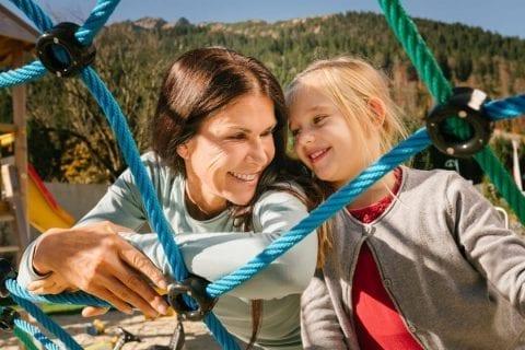 Familienurlaub in Ferienwohnungen Tirol - Kinder am Spielplatz
